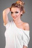 Le modellkvinnan i den vita t-skjortan Arkivbild