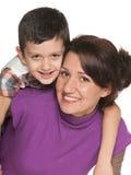 Le modern med hennes son Arkivfoto