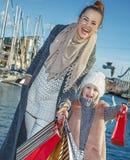 Le modern och barnet med shoppingpåsar i Barcelona, Spanien Royaltyfri Foto