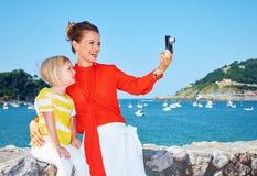 Le modern och barnet som framme tar fotoet av lagun Royaltyfria Foton