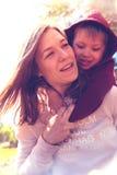 Le modern och barnet som tillsammans spelar i, parkera Royaltyfri Bild