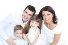 Le modern och fadern som rymmer deras barn hemmastadda arkivfoto