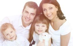 Le modern och fadern som rymmer deras barn hemmastadda royaltyfria bilder