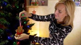 Le modern som dekorerar julträdet arkivfilmer
