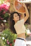 Le modèle de Brunette danse dans le jardin Images stock
