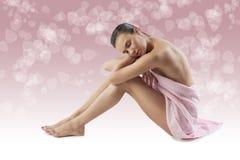 Le modèle nu avec l'essuie-main rose Photographie stock
