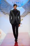 Le modèle porte des vêtements effectués par mode de Ego Men's Image libre de droits