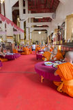 Le moine bouddhiste mangent le déjeuner dans le temple asiatique Photos libres de droits