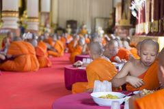 Le moine bouddhiste mangent le déjeuner dans le temple asiatique Image stock
