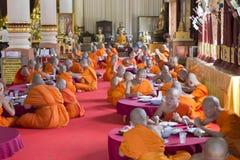 Le moine bouddhiste mangent le déjeuner dans le temple asiatique Photo stock