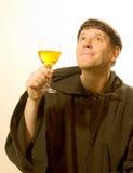 Le moine félicite le vin Image stock