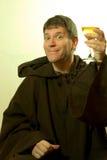 Le moine félicite le vin Photographie stock