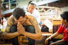Le moine fait Yantra traditionnel tatouant pendant le Wai Kroo Master Day Ceremony dans le monastère de Pra de coup Photographie stock libre de droits
