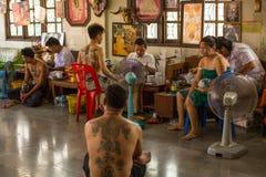 Le moine fait Yantra traditionnel tatouant pendant le Wai Kroo Master Day Ceremony dans le monastère de Pra de coup Image libre de droits