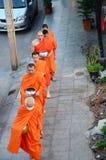 Le moine marchant sur la route pour des personnes prient et ont mis des offres de nourriture images stock