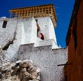 Le moine tibétain est sur le mur du monastère bouddhiste dans Leh, Ladakh Photos libres de droits