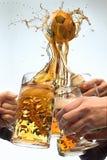 Le molte mani del maschio con le tazze di birra che tostano sul fondo di bianco dello studio Sport, fan, barra, pub, celebrazione Fotografia Stock