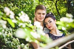 Le moment de l'amour entre l'homme et la femme en parc Image stock