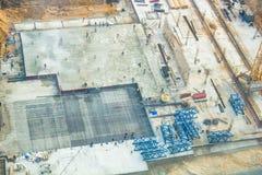 Le moment de la construction, creusement d'un fossé avec des excavatrices, pose de base photos libres de droits