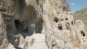 Le monastère antique de caverne Vardzia - Géorgie banque de vidéos