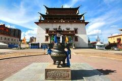 Le monastère de Gandantegchinlen est un monastère bouddhiste de style du tibétains en capitale mongole d'Ulaanbaatar, Mongolie photos libres de droits