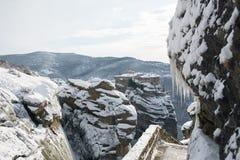 Le monastère de Meteora Varlaam s'est recroquevillé par la neige photos libres de droits
