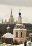 Le monastère de St Andrew à Moscou et l'université de l'Etat de Moscou Image stock