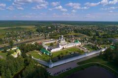 Le monastère de Tikhvinsky Bogorodichyi Uspensky dans un levé aérien de paysage de ville Tikhvin, Russie photo stock