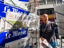 Le Monde die de presidentiële inauguratie o melden van de overdrachtceremonie stock foto's