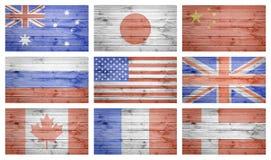 Le monde marque le collage au-dessus de la texture en bois de planches photographie stock libre de droits