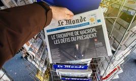 Le Monde med president` s utmanar Emmanuel Macron efter utvalt royaltyfri foto