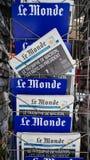 Le Monde met Voorzitters` s Uitdagingen Emmanuel Macron na verkiest stock fotografie