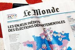 Le Monde-Zeitschrift mit Wahlen in Frankreich Lizenzfreies Stockbild