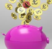 Le monete che entrano nel porcellino salvadanaio mostra gli investimenti della Gran-Bretagna Fotografia Stock Libera da Diritti