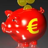 Le monete che entrano nel porcellino salvadanaio mostra i prestiti europei Fotografia Stock Libera da Diritti