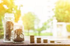 Le monete d'argento crescenti ed il punto di risparmio dei soldi riescono Fotografia Stock Libera da Diritti