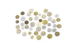 Le monete dei paesi differenti su fondo bianco immagini stock libere da diritti