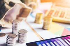 Le monete delle maniglie hanno disposto su un mucchio di soldi sulla tavola con il tramonto leggero Concetto di affari fotografia stock libera da diritti