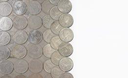 Le monete di baht della Tailandia hanno sistemato su un fondo bianco Immagini Stock Libere da Diritti