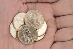 Le monete di oro hanno tenuto a disposizione Fotografia Stock Libera da Diritti