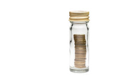 Le monete impilano in bottiglia di vetro Fotografia Stock Libera da Diritti