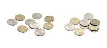 Le monete russe su bianco si sono divise in due gruppi Immagini Stock
