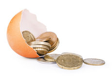 Le monete/soldi vengono dall'uovo della crepa Fotografie Stock