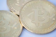 Le monete sono bitcoin e litecoin fotografia stock