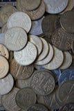 Le monete ucraine nelle denominazioni di un hryvnia e di altri, hanno piegato in uno scorrevole Eagle e code immagini stock libere da diritti
