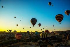 Le mongolfiere decollano all'alba sopra Cappadocia, Goreme, Turchia immagine stock