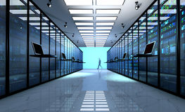 Le moniteur terminal dans la chambre de serveur avec le serveur étire dans le datacenter Photographie stock