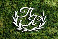 Le monogramme en bois est les initiales blanches des nouveaux mariés sur le Th Photo libre de droits