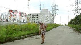 Le monstre de zombi vient avec un marteau sur un fond du développement urbain clips vidéos