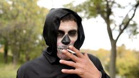 Le monstre fument en parc clips vidéos